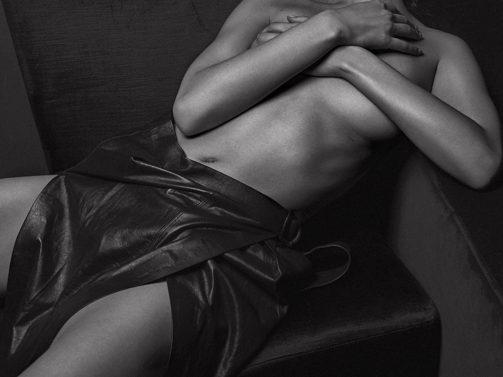Hasil gambar untuk bella hadid v magazine